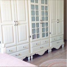 Esra Hanım'ın yeni yerleştirdiği bu evi biz çok sevdik. İç açıcı renkler ve vintage mobilya seviyorsanız mutlaka göz atın.