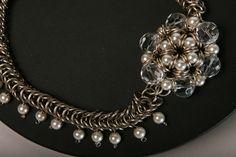 Hermosisimo collar, realizado en tejido medieval, punto inca, con flor de perlas y cristales, cierre y argollas de alpaca