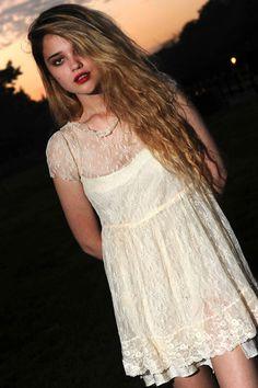 Los mejores estilismos y looks de belleza de Sky Ferreira: Sky Ferreira mini vestido lencero
