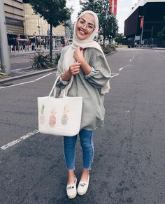 30 Cute Hijab School Outfits for Muslim Teen Girls Hijab Casual, Simple Hijab, Hijab Chic, Muslim Fashion, Modest Fashion, Hijab Mode, Modele Hijab, Hijab Fashion Inspiration, Style Inspiration
