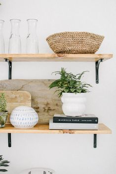 Recamier: know what it is and how to use it in decoration with 60 ideas - Home Fashion Trend Kitchen Styling, Kitchen Decor, Dining Room Shelves, Ikea Kitchen Shelves, Floating Shelf Decor, Home Kitchens, Kitchen Remodel, Modern, Sweet Home