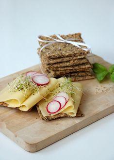 Havreknekkebrød med maldonsalt - LINDASTUHAUG Banana Cream, Clean Eating Snacks, Oatmeal, Dairy, Food And Drink, Healthy Recipes, Healthy Food, Cheese, Vegan
