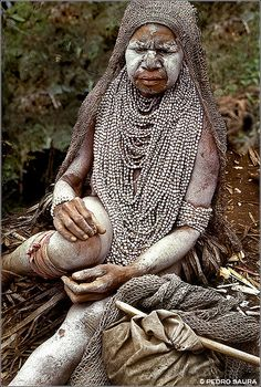 Papua New Guinea. | Viuda. Widow. Huli Tribe.  Highlands © Pedro Saura
