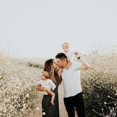 family of 4 photos Cute Family Photos, Summer Family Photos, Fall Family Pictures, Family Of 4, Baby Family, Family Goals, Family Photo Sessions, Family Posing, Family Portraits
