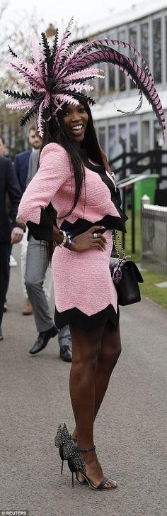 Outro se destacou da multidão em um elaborado rosa e preto headpiece que combinava com seu terno de saia de duas peças