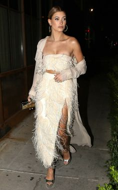 Hailey Baldwin from The Big Picture: Today's Hot Photos Fantastic feathers! The model makes a fashion statement in her Sally LaPointe ostrichefeather bustier in West Hollywood. Estilo Hailey Baldwin, Hailey Baldwin Style, Gigi Hadid, Bella Hadid, Kendalll Jenner, Mode Outfits, Fashion Outfits, Womens Fashion, Vogue