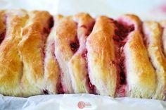 Odrywany chlebek malinowo-kokosowy. Przepis wspaniały - idealne danie na piknik, łatwe do transportowania, można je dzielić bez użycia noża. Wersja podstawowa (bez cukru pudru) jest dosyć wytrawna i zaskakuje głębią swojego smaku. Z cukrem pudrem - idealna drożdzowa słodkość.