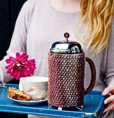 Hold kaffen med med denne flotte perlestrikket kaffevarmer, som passer til en stor stempelkande.