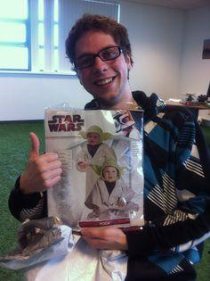 Koos is de eerste van het Creamteam die papa wordt! Hoe vind je ons cadeautje? Een baby Yoda kostuum.