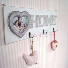 Piękny wieszak z ramką na zdjęcia | Beautiful hanger with photo frame #wieszak #ramka #korytarz #salon #sypialnia #dodatki #szary #romantyczny #hanger #photo_frame #corridor #living_room #bedroom #room #accessories #grey #white #romantic #interior #shabby_chic