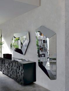 Dizajnové Nástenné Zrkadlo Vďaka Svojmu Tvaru Odráža Interiér Do Viacerých  Strán, čím Sa Vytvorí Efekt