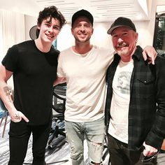"12.4 mil curtidas, 65 comentários - Shawn Mendes Updates (@shawnmendesupdates1) no Instagram: ""@ryantedder : Random/fun day. The Edge, Shawn Mendes & I discussing how we are all going to be…"" 10/01/17"