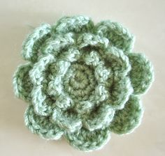 Cute Crochet Flower: free pattern. Very pretty on a hat or head band