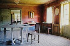 Vanhan hirsirakennuksen siirto ja uudelleen rakentuminen lapsiperheen kodiksi. Swedish Interiors, Granny Chic, Scandinavian Furniture, Swedish Design, Simple Designs, Interior And Exterior, Furniture Design, House 2, Classic