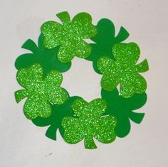 Patricks day crafts for adults, kids, preschoolers and toddlers. Pat's Day projects include wreaths, jewelry, suncatcher shamrocks. Fun and easy St. Pats Day school and party craft projects. March Crafts, St Patrick's Day Crafts, Family Crafts, Spring Crafts, Holiday Crafts, Easy Crafts, Holiday Ideas, Daycare Crafts, Spring Art