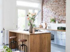 Wysoka kuchnia z drewnianą wyspą i ścianą z cegieł (52801)