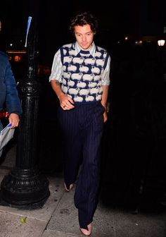 Harry Styles Puts a Rockstar Spin on the Grandpa Sweater Vest The singer also announced his upcoming tour. Styles Harry, Harry Styles Clothes, Harry Styles Pictures, Harry Edward Styles, Harry Styles Fashion, Outfits Hombre, Vest Outfits, Fashion Outfits, Sweater Vest Outfit