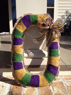 Hanger for Mardi Gras bag door Source For more pins visit our homepage Mardi Gras Wreath, Mardi Gras Decorations, Mardi Gras Beads, Mardi Gras Party, Holiday Wreaths, Holiday Crafts, Fun Crafts, New Orleans Mardi Gras, Burlap Door Hangers