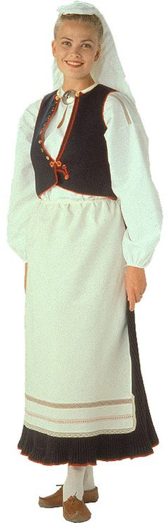 Kaukolan naisen kansallispuku. Kuva © Helmi Vuorelma Oy