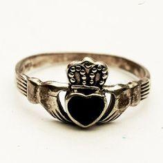 anello claddagh pietra nera