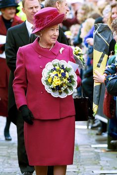 The Queen steps out at the Maundy Thursday service in Sheffield in 2000 Queen Liz, Hm The Queen, Save The Queen, Elizabeth Philip, Queen Elizabeth Ii, Maundy Thursday Service, Celebrity News, Celebrity Style, Royal Family Pictures