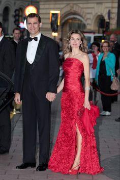 Los príncipes de Asturias, Felipe de Borbón y Letizia Ortiz, a su llegada a la cena de gala con motivo de la boda real de Victoria de Suecia con Daniel Westling, en Estocolmo, Suecia, el 18 de junio de 2010. La princesa de Asturias volvió a triunfar con un diseño rojo de Felipe Valera.
