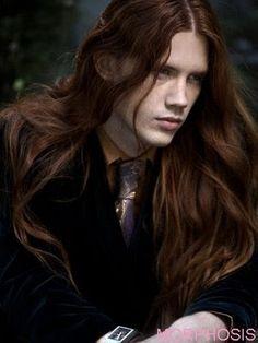 Bel homme cheveux long