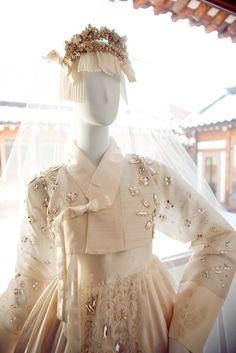 한복 Hanbok : Korean traditional clothes[dress] | #ModernHanbok #Wedding Korean Traditional Dress, Traditional Fashion, Traditional Dresses, Korean Dress, Korean Outfits, Hanbok Wedding, Dynasty Clothing, Modern Hanbok, Oriental Dress