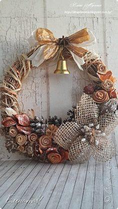 Спешу поздравить вас с чудесным праздником Рождеством!!! Хочу пожелать вам мира, душевного спокойствия, счастья и благополучия. А сегодгя я покажу то, что делала в процессе подготовки к Новому году и рождеству. Только так получилось, что показываю только сейчас. Первое - это вот такое сердечко-подвеска в стиле Рустик. Для него я сделала цветок из мешковины- рождественскую звезду-пуансетию. Испорльзовала много природных материалов, сизаль, рафию, мои любимые сухоцветы и шишки, собранные…