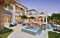 Cette villa de rêve de son jardin arrière avec sa piscine et ses nombreuses parties extérieures