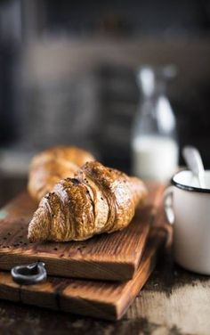 ideas for breakfast photography food photo pastries - good morning & breakfast - Desserts Breakfast Photography, Dark Food Photography, Coffee Photography, Photography Hacks, Photography Backgrounds, Kirlian Photography, Photography Training, Photography Filters, Photography Lighting