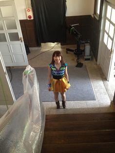 先日発売したトリプルA面シングルの中の一曲『見返り美人』のMV撮影時の写真です階段から降りようとした先に石田あゆみちゃん鈴木もきたよ二人とも可愛すぎ
