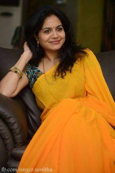 Singer sunitha Plain saree with designer blouse South Indian Blouse Designs, Fancy Blouse Designs, Saree Blouse Patterns, Saree Blouse Designs, Saree Jewellery, Saree Models, Dress Models, Plain Saree, Stylish Sarees