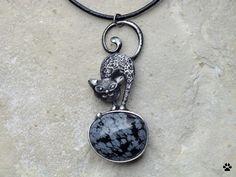 Micka+-+obsidián+vločkový+Micka+-+obsidián+vločkový+Autorský náhrdelník+- vyroben+z+cínu+se+stříbrem,+měděného+pocínovaného+drátu+a+obsidiánu vločkového. Rozměry+náhrdelníku+-+6,4x2,7cm+(měřeno+v+nejširším+místě).+Zavěšeno+na+černé+kulaté+kůži.+Šperk+je patinován,+broušen,leštěn+a+ošetřen+antioxidačním+olejem.+Baleno+v+dárkové+krabičce....