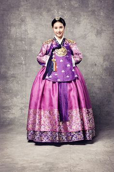 한복 hanbok, Korean traditional clothes  So pretty! I love the huge border of foil pattern at the bottom.