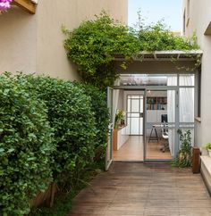 Backyard and office's entrance. By Liat Hadas, Architecture & Design.