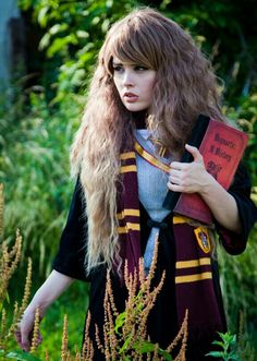 Fate als Hermione Granger Cosplay, Saga Harry Potter, Hermione Granger, Hogwarts, Disney Characters, Fictional Characters, Pin Up, Dreadlocks, Disney Princess