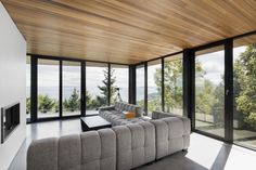 Perched over the city of Malbaie in Cap-à-l'Aigle, Canada, is the impressive body of the Altaïr House. This brain-child of the architectural firm Living Room Modern, Living Area, Living Spaces, Living Rooms, Residential Architecture, Interior Architecture, Charlevoix, Piece A Vivre, Wood Ceilings
