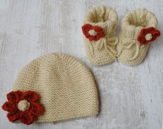 In these adorable baby set you have: hand knitted little shoes and hat. They are embellished with an adorable red crochet flower.  They are so soft and stretchable and are perfect for babies from 3 to 6 months!  They are very gentle and comfortable to wear and are a lovely Christmas gift for baby girls.    Made from 100% Italian Virgin Wool  The shoes sole measures approx 9 cm (3 inches)  www.melimebabybeeshop.etsy.com Baby Hats Knitting, Baby Knitting Patterns, Baby Patterns, Hand Knitting, Knitted Hats, Baby Set, Baby Love, Family Christmas Gifts, Christmas Fun