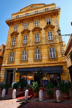 Matisse used to live in this house in the old town of Nice with an amazing view over the Promenade des Anglais