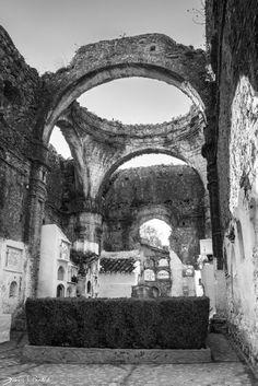 Cementerio de Villaluenga del Rosario, dentro de una iglesia. Posiblemente ejemplo unico!