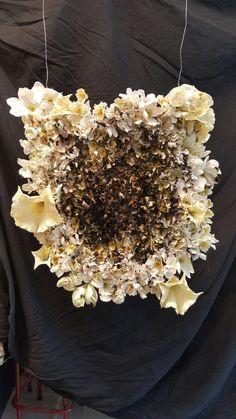 Gebruik gemaakt van vele verschillende bloemen zodat het niet te perfect uit ziet. Ook zijn de grotere bloemen aan de buitenkant, vluchtelingen bloeien op als het ware als zij weg zijn uit de ellende. Wel allemaal zelfde soort kleur ,wit, want het zijn mensen zoals jij en ik. Vond het werk bovenaan te recht dus op het laatste moment bloemen verplaats zodat het een meer ronde vorm kreeg inplaats van een perfect rechte lijn.