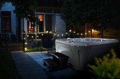 Romantische Abendstimmung mit einem Serenity 6800 Whirlpool im Garten 🌅 Spa, Outdoor Ideas, Outdoor Decor, Serenity, Deck, Bathtub, Patio, Instagram, Home Decor