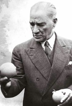 19 Kasım 1937 - Ulu Önder Mustafa Kemal ATATÜRK, Mersin'de bir narenciye bahçesinde portakal yerken. Modern History, Art History, Turkish People, Turkish Army, Blond, The Legend Of Heroes, Most Stylish Men, Popular Quotes, Great Leaders