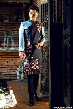 Áo dài nam cách tân đen phối màu hoạ tiết trừu trượng Bd Fashion, Future Fashion, Asian Fashion, Fashion Outfits, Fashion Design, Vietnamese Men, Vietnamese Dress, Vietnamese Traditional Dress, Traditional Dresses