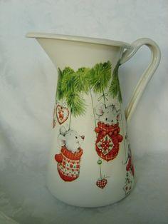 Wunderschöne weisse Edelstahlkanne mit niedlichen Weihnachtsmäusen!    Diese schöne Kanne ist ein einzigartiges Wohnaccessoire in der Advents- und Wei