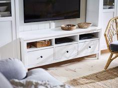 IKEA Deutschland | IKEA HEMNES TV-Bank weiß gebeizt sorgt für einen klassischen Einrichtungsstil durch Massivholz und großzügig geschnittene Schubladen.