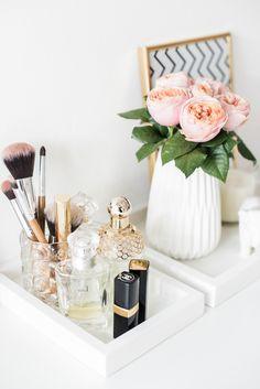 Набор из двух подносов белого цвета. Пара прямоугольных белых подносов для декора и хранения красивых мелочей #flowers #composition #arrangement #perfumes #cosmetics #decor #tray #white #interior #styling