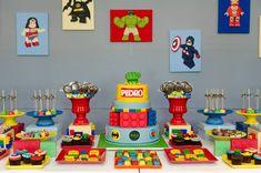 Muitas cores, blocos de Lego e Super Heróis para comemorar os 3 anos do querido Pedro.  O bolo todo decorado em açúcar, com blocos de lego ...