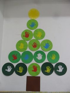 We have already decorated the class and made the work to celebrate Christmas in the . Preschool Christmas, Christmas Crafts For Kids, Christmas Themes, Christmas Tree Decorations, Christmas Tree Pictures, Footprint Crafts, Theme Noel, School Decorations, Christmas Door